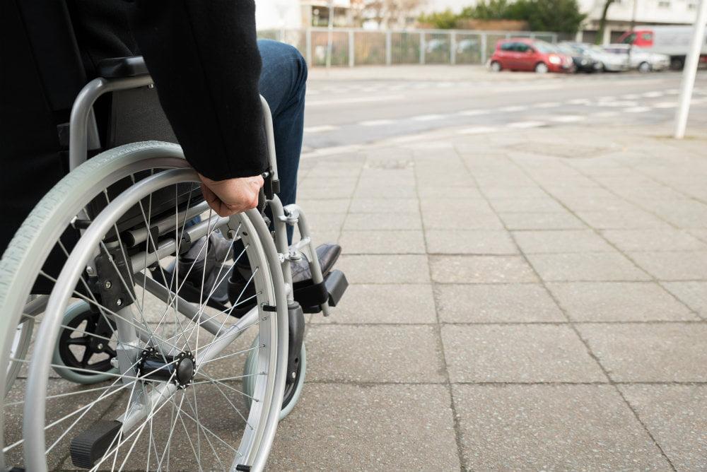 Cadeirante em direção à rua