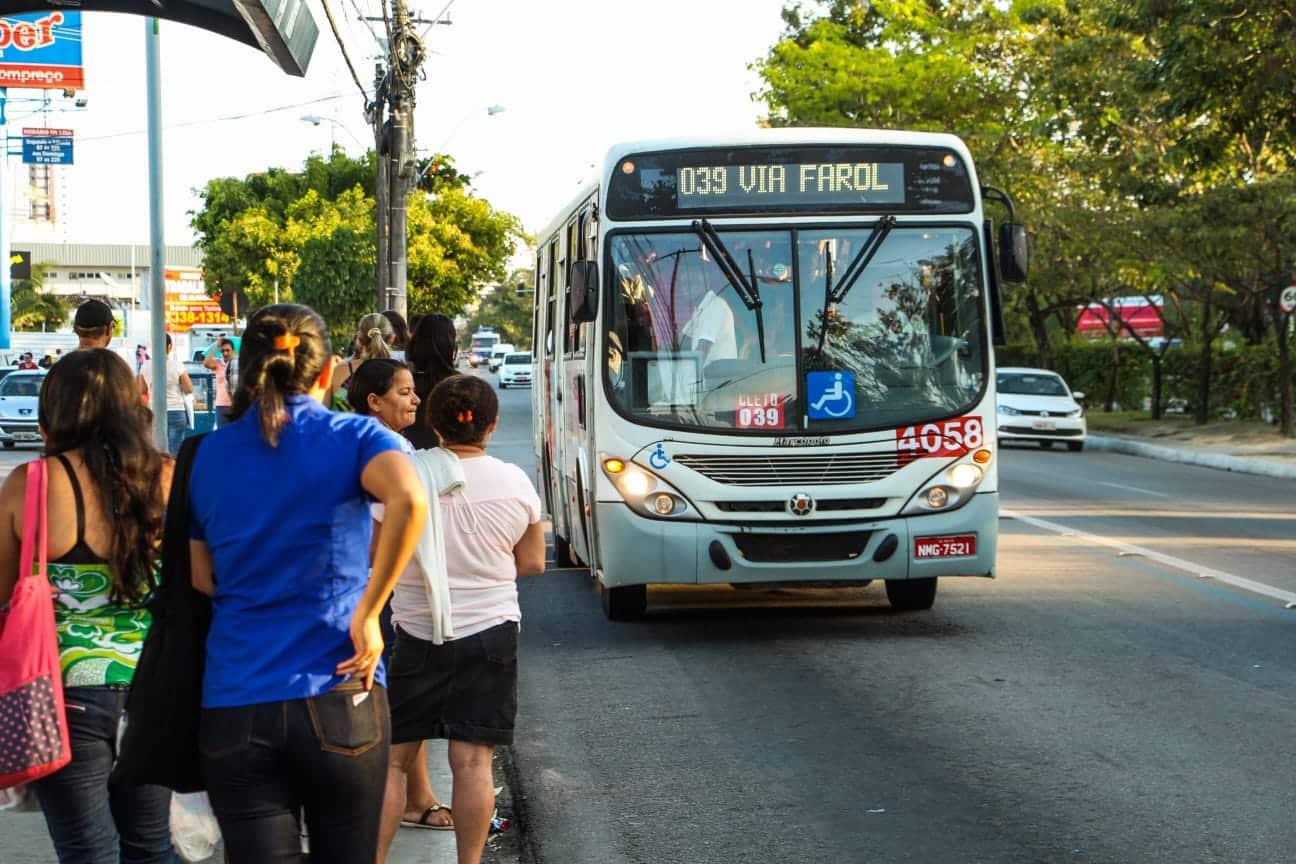 Foto de ônibus parando no ponto